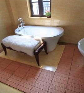 Quality non-slip bathroom floor DIY tiles outdoor floor tiles wooden decking tiles (RMD-D6) for sale